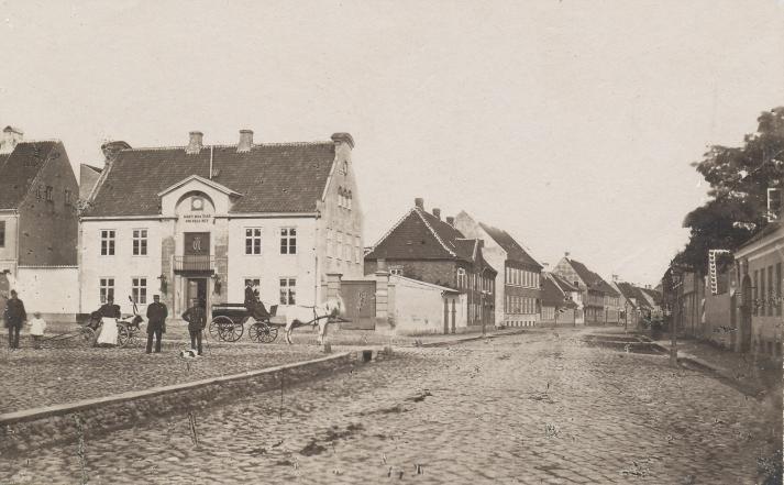 Billedet viser Sorø Torv i midten af 1870'erne