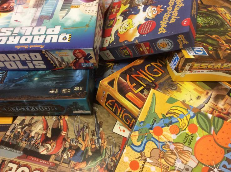 Foto af brætspil i en bunke