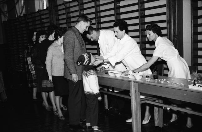Billederne viser vaccination mod polio med vaccine på en sukkerknald. Året er 1963 og  det er på en skole i Sorø-området.