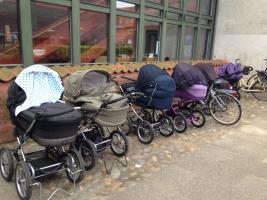 Foto af barnevogne parkeret foran biblioteket i Sorø