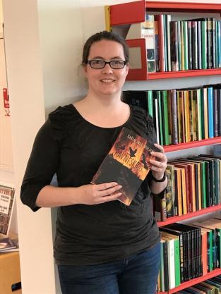 """Foto af Karen Inge Nielsen med hendes bog """"Ravneskrig"""""""