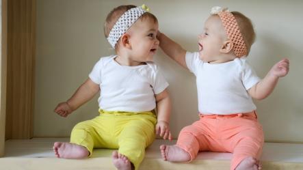 Foto af 2 babyer, der snakker sammen.