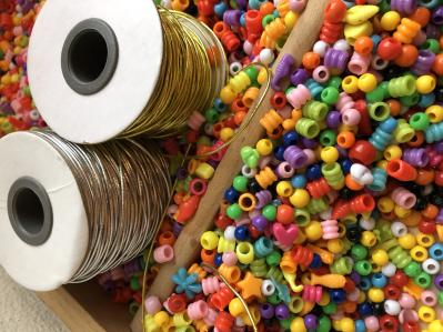foto af perler og elastiksnor