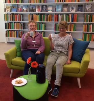 Foto af Helle og Dorte i sofa